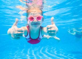 Er gaat niets boven een duik in je eigen zwembad!